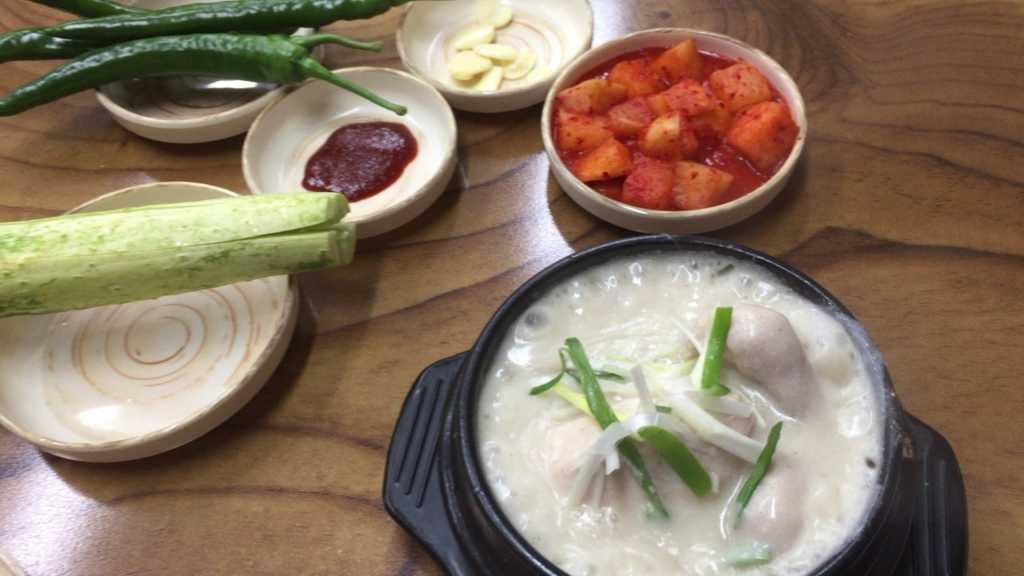 ホスサムゲタン(호수삼계탕、湖水参鶏湯)